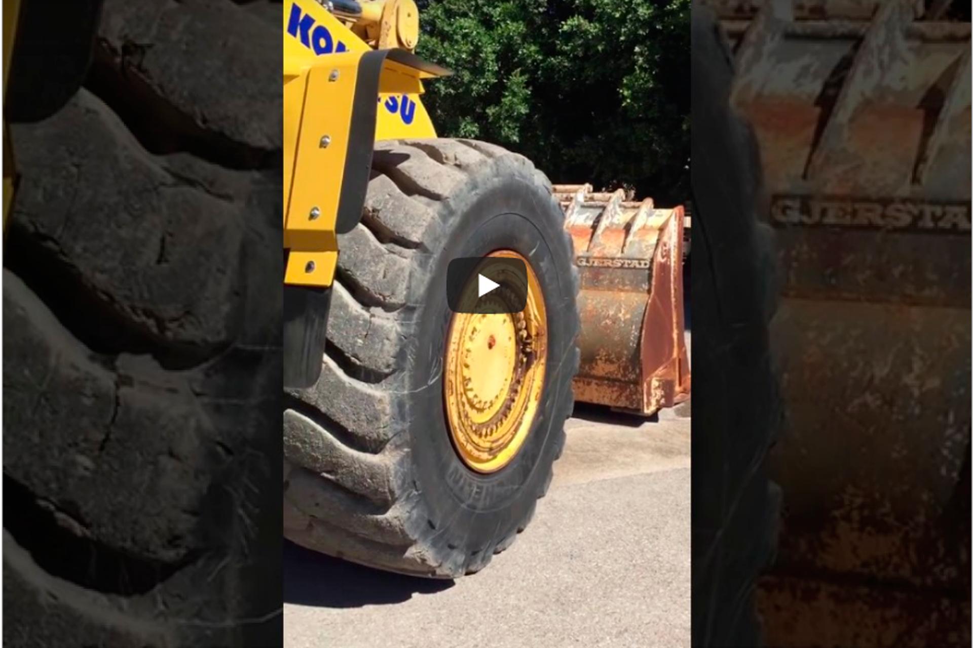 Revisão dos níveis e vazamentos de uma carregadeira de rodas Komatsu WA-600 em 8 etapas